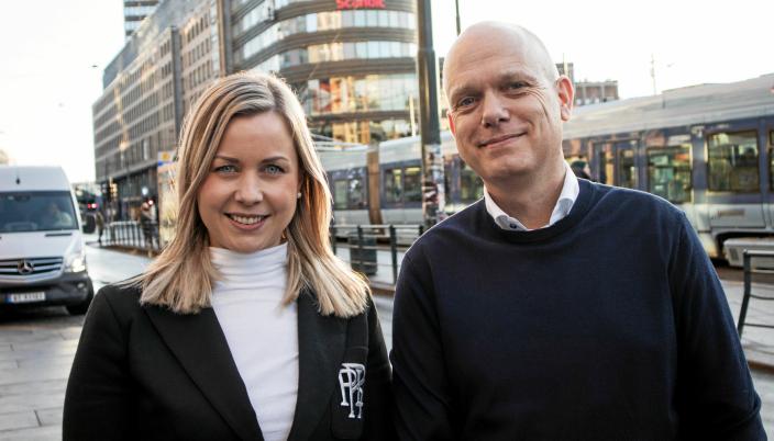 Maiken Therese Kallesen og Asger Sandberg Petersen i Apport Systems gleder seg over en ny kunde og den første integrasjonen mot AutoStore i Norge.
