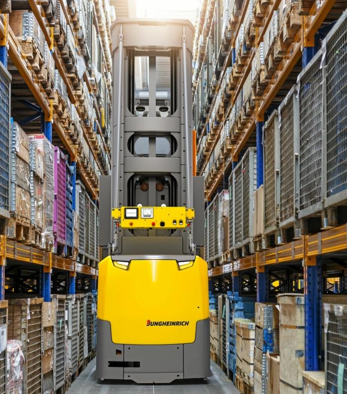 Ni automatiske EKX 516a-trucker står for pallehåndteringen i det nye DSV-lageret.