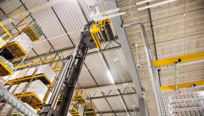 OPP I HØYDEN: AGV-ene leverer også paller opp til mesaninen, der DSV utfører ekstratjenester for sine kunder.