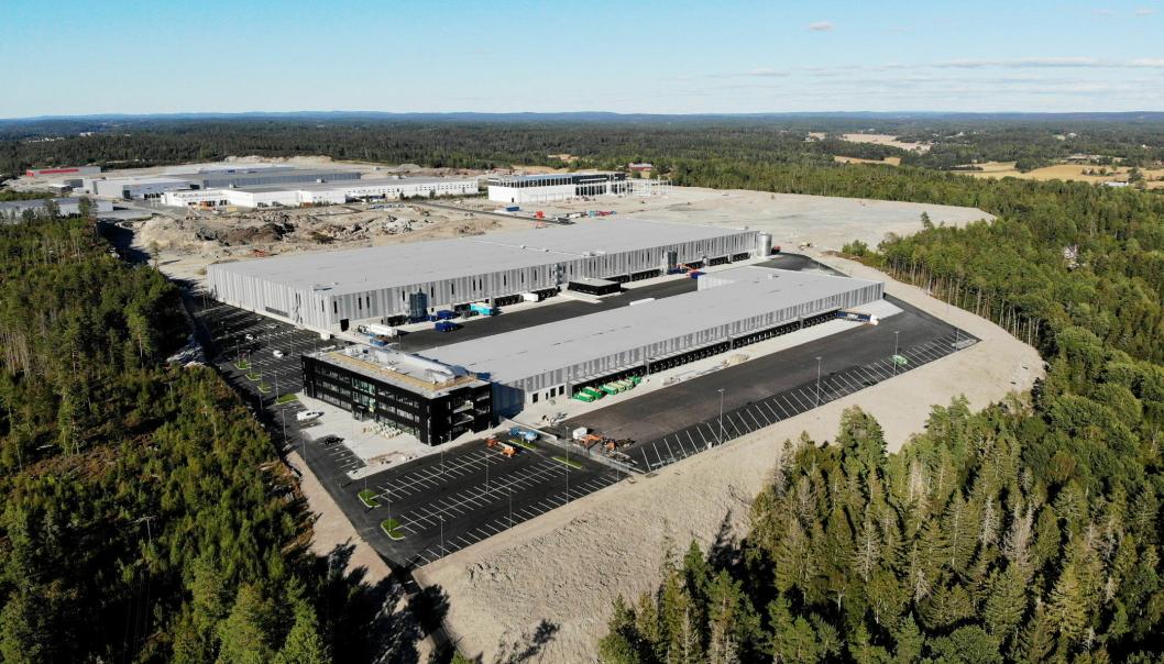 FLUNKENDE NYTT: DSVs anlegg i Vestby. DSV Road har terminalen i forkant, mens DSV Solutions lager er bygget bak.