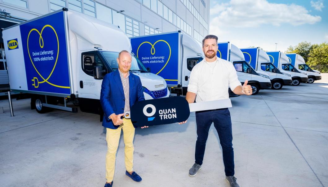 KLARE: Andreas Haller (t.v.) og Quantron skal levere 30 slike biler til Claes Lindgren og IKEA i Wien i Østerrike. Foto: Quantron