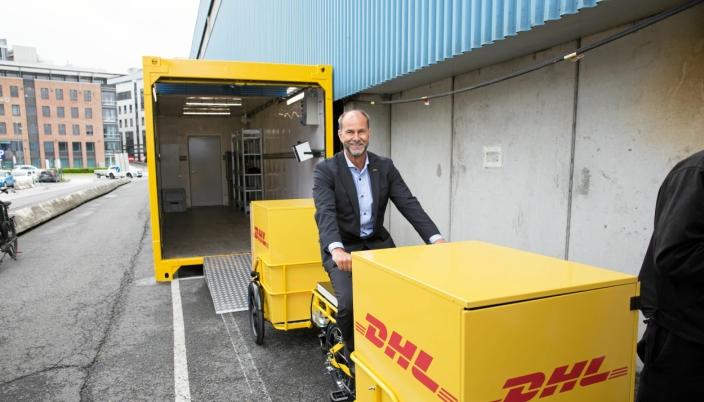 DEN GANG DA: DHL Express åpnet sin mikroterminal på Filipstad for sykkelbud for fire år siden. Mye har skjedd siden da, og nå er flere av de store selskapene samlet med store utslippsfrie huber på Filipstad. Her sykler ut Terje Aarbog ut av den da nye mikroterminalen for fire år siden.