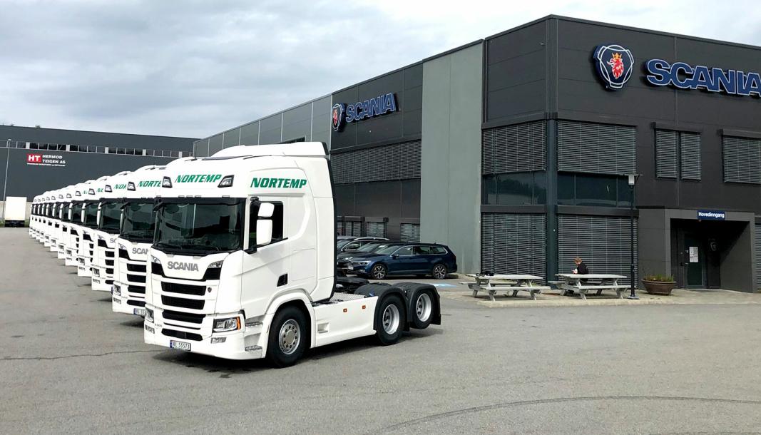 12 nye Scania R500 oppstilt hos Norsk Scania i Stavanger for overlevering til Nortemp Transport. Foto: Norsk Scania