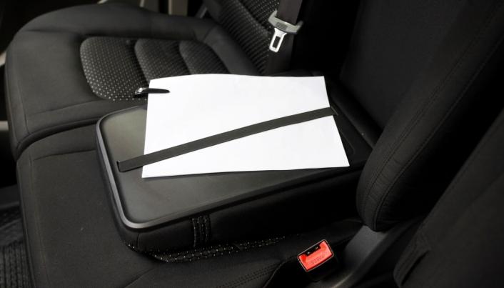 KONTOR: Med nedfelt seterygg i midtsetet er det også mulig å gjøre enkle kontoroppgaver i førerhuset.