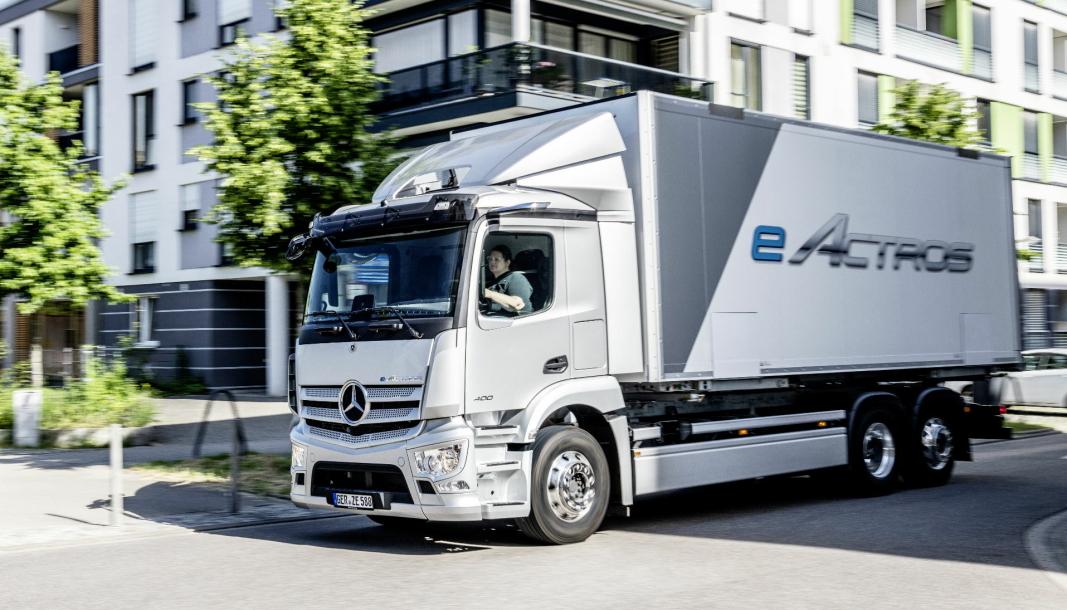 PRODUKSJONSMODELLEN: eActros vil bli levert med to eller tre aksler, og med totalvekt på inntil 27 tonn.
