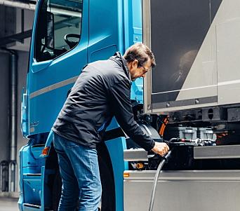 LADING: Inntil 160 kW lading gjør at det tar en drøy time å lade fra 20-80 prosent, opplyser Mercedes.