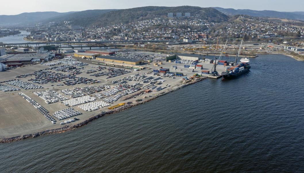 Drammen Havn setter stadig nye importrekorder for biler, og til tross for kontinuerlig utbygging er det vanskelig å få plass til alle. Dette bildet er tatt en relativt rolig da i vår.
