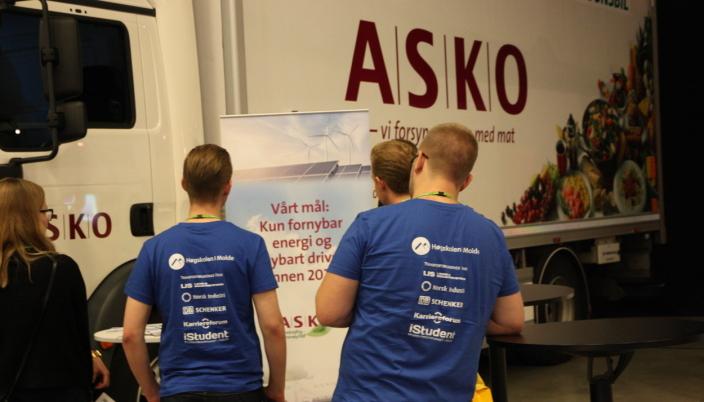Slik er vi vant til å se Molde-studentene under Transport & Logistikk. Nå kan du bidra til at det kommer så mange blå t-skjorter som mulig på konferansen også i år.