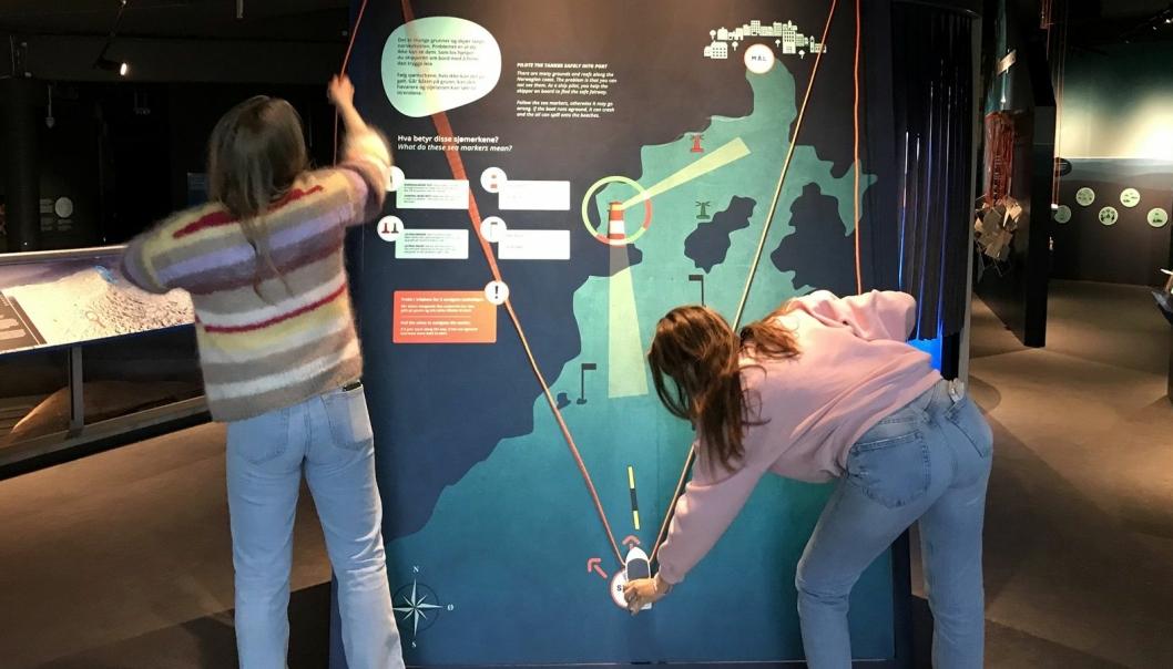 Klarer du å lose oljetankeren trygt i havn ved å følge sjømerkene? Elever tester navigasjonskunnskapene sine på den nye utstillingen «Havnasjonen» på Atlanterhavsparken sitt marine vitensenter i Ålesund. Foto: Lill Haugen / Kystverket
