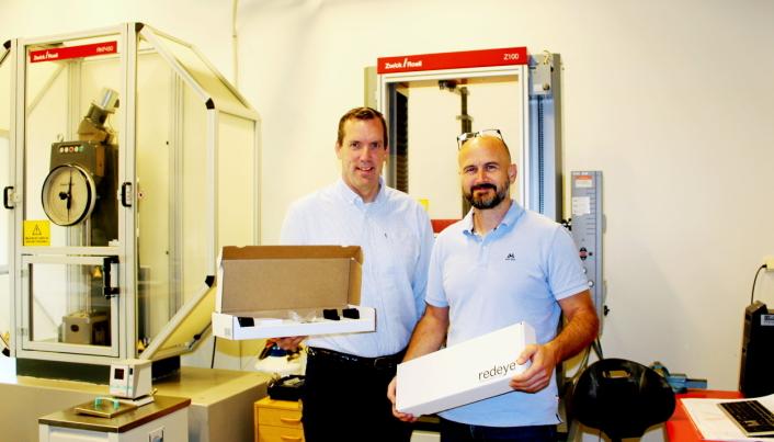 GOD IDÉ: Grunder Per Arvid Lid (til venstre) og til daglig leder John Erik Loland i IQI Safety med settet som inneholder alt om strengs for å montere laser på en truck.