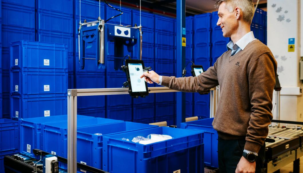 Daglig leder Arnor Jonasson viser fram det kasserbaserte robotsystmet Blu Robot.