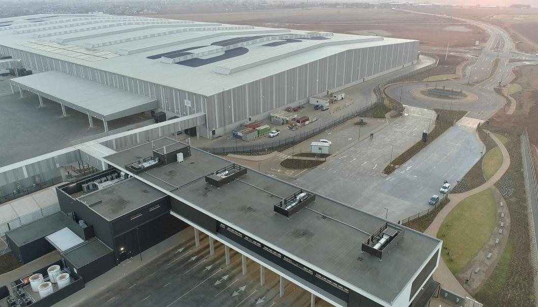 Anlegget består av en lagerdel (avbildet) og en crossdockingdel, samt kontorer.