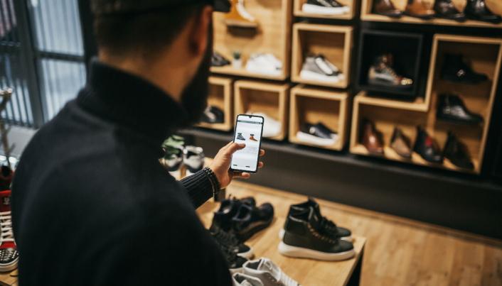 BUTIKK ELLER ONLINE: I kampen mellom rene nettbutikker og tradisjonelle retailere, lønner det seg å tenke strategisk og utnytte de fordelene man har, mener gründerne i NovaRetail.