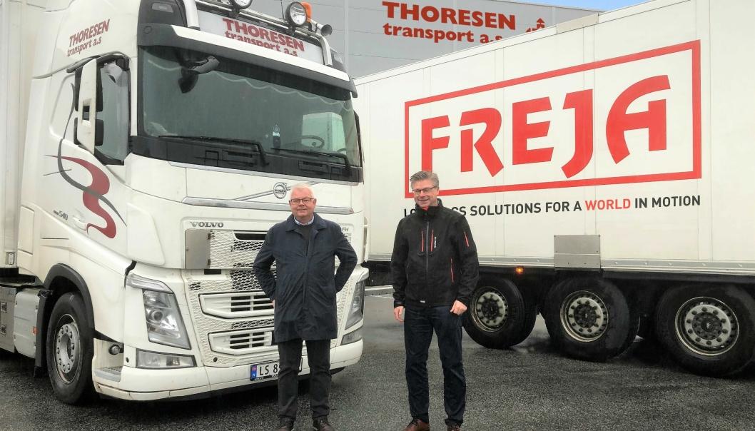 Lars Thoresen (til venstre) selger Thoresen Transport til Freja, her representert ved Kjell Arne Eloranta.