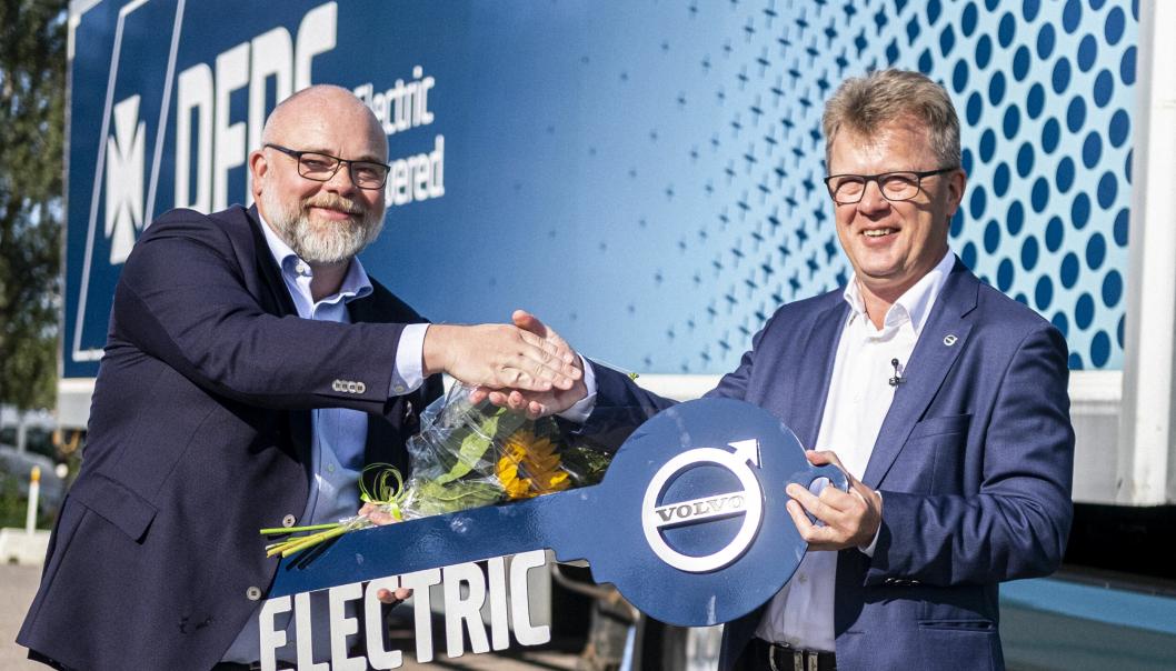 Den første Volvo FM Electric ble overlevert av administrerende direktør i Volvo Trucks, Roger Alm (til høyre), til DFDS i august. Leveransen av resten av de 100 lastebilene starter i fjerde kvartal 2022.